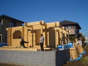 ログ組が完了しました。何と施主様1人で、やり遂げました。木工事は、驚くことにセルフビルドです。頑張ってください。