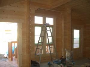 木製の窓やドアが設置されると、外観のイメージが変わってきます。完成が待ち遠しい!