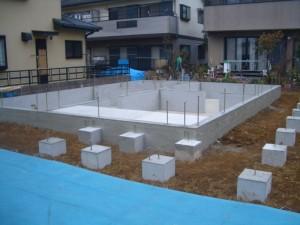 地盤改良をして、基礎工事完了しました。敷地に土盛りを行い、いよいよログ組です。
